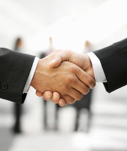 Dwóch mężczyzn drżenie rąk