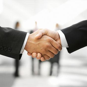 Два человека, рукопожатие