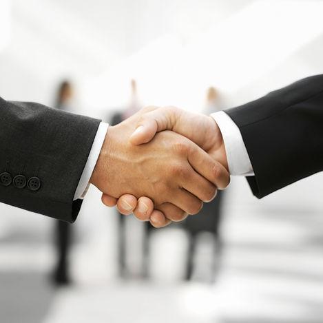 Dois homens que agitam as mãos
