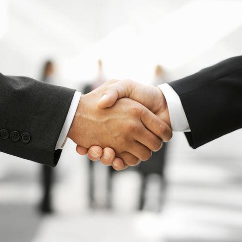 Zwei Männer Hände schütteln