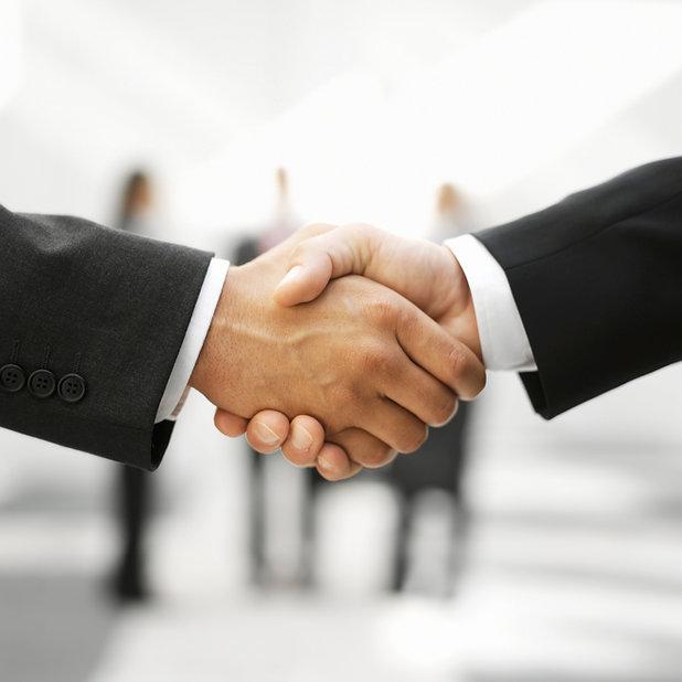 To menn Shaking Hands