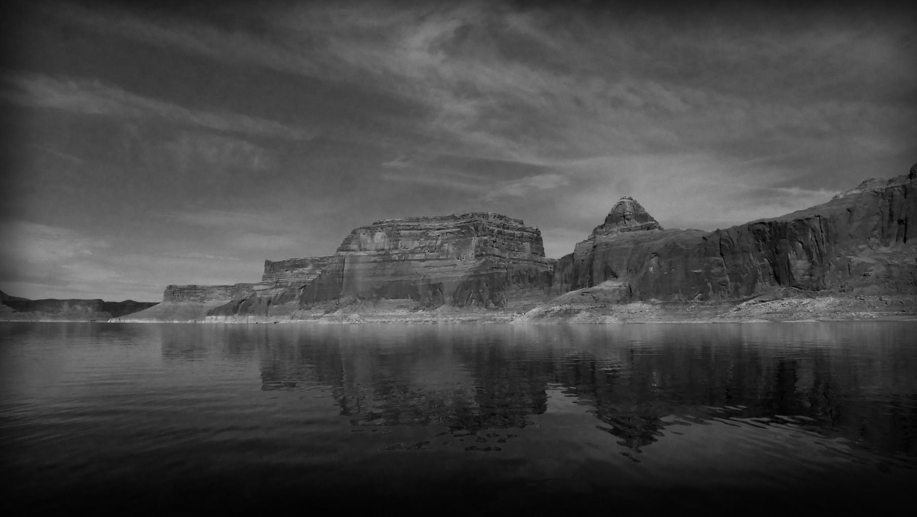 25-lake-powell-reflection-valley.jpg