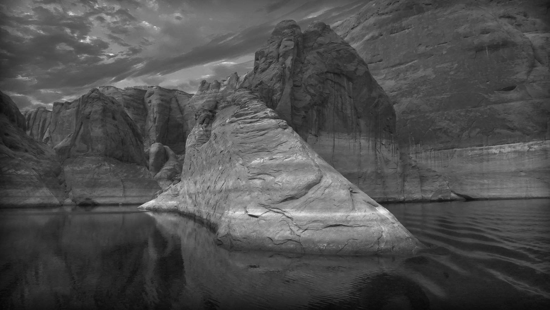 24-lake-powell-boat-rock.jpg