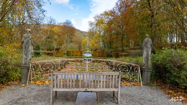 Vue arrière de la cascade française, les jardins d'Annevoie
