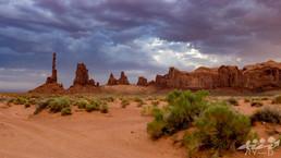 Totem Pole et Yei Bi Chei sous un ciel d'orage, Monument Valley, Arizona, Etats-Unis
