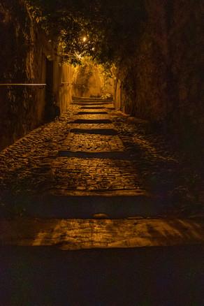 Entrée nocture dans Grignan