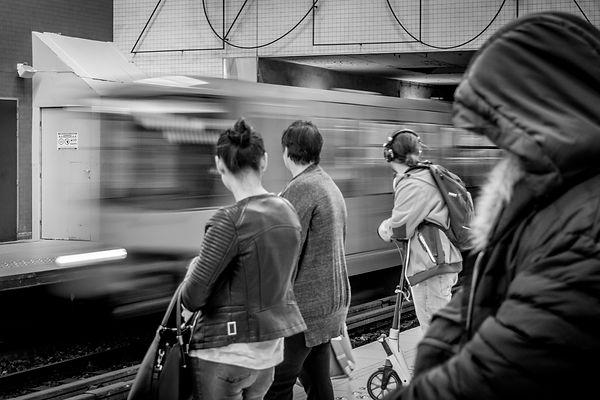 métro bruxelles, métro noir et blanc, wallophoto, yannick dubois, métro en mouvement, simonis