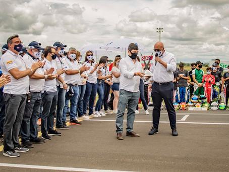 Secretário Estadual de Esportes recebeu homenagem no Speed Park, onde acontece o Brasileiro de Kart