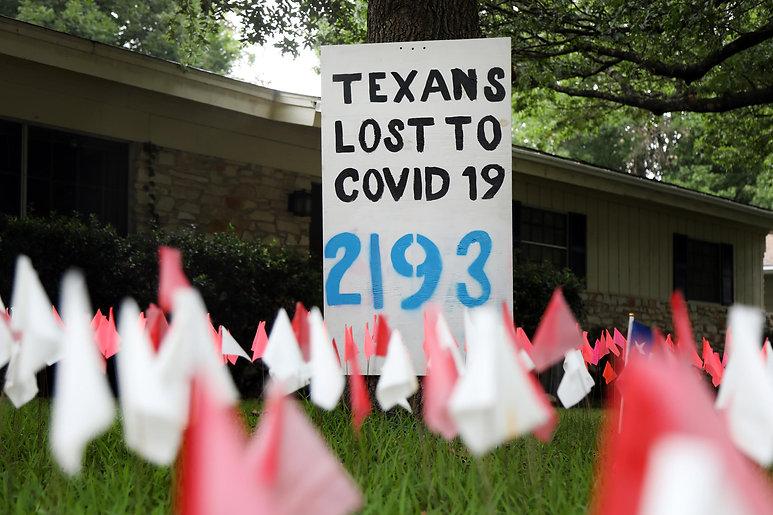 En Junio Shane Reilly comenzó la instalación de la bandera en el frente de su casa en el norte de Austin cuando solo hubo 973 muertes relacionadas con COVID-19 en Texas. Él dice que lo actualiza cada pocos días. Hasta este 3 de agosto, se reportan 7,686 muertes en el estado de Texas a causa del coronavirus.