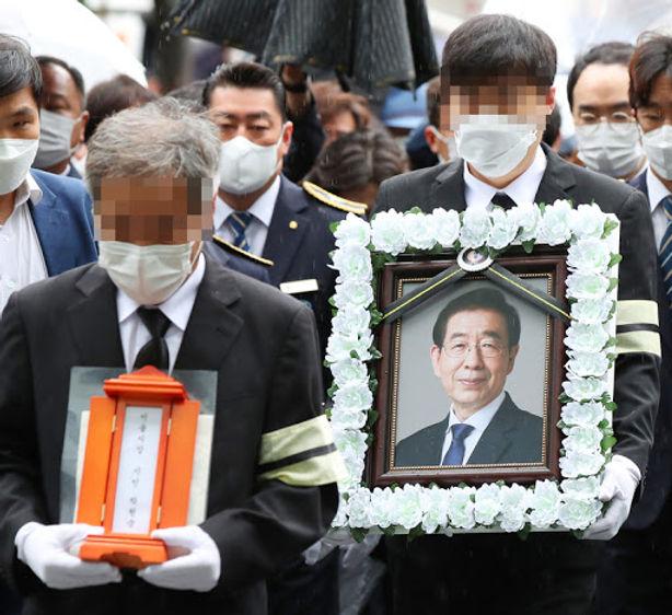 En esta imagen del Gobierno Metropolitano de Seúl, se ve un retrato del fallecido alcalde de Seúl Park Won-soon en un hospital de la ciudad, el viernes 10 de julio de 2020.