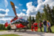 """Dreharbeiten für das ZDF: Die spektakuläre Windenbergung der ARA Flugrettung wird für die ZDF-Doku-Reihe """"Terra Xpress"""" an den Originalschauplätzen rund um die Zugspitze nachgestellt."""