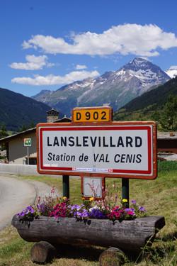 Entrée du village de Lanslevillard