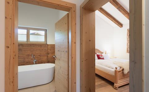 Blick ins Bad und Schlafzimmer I