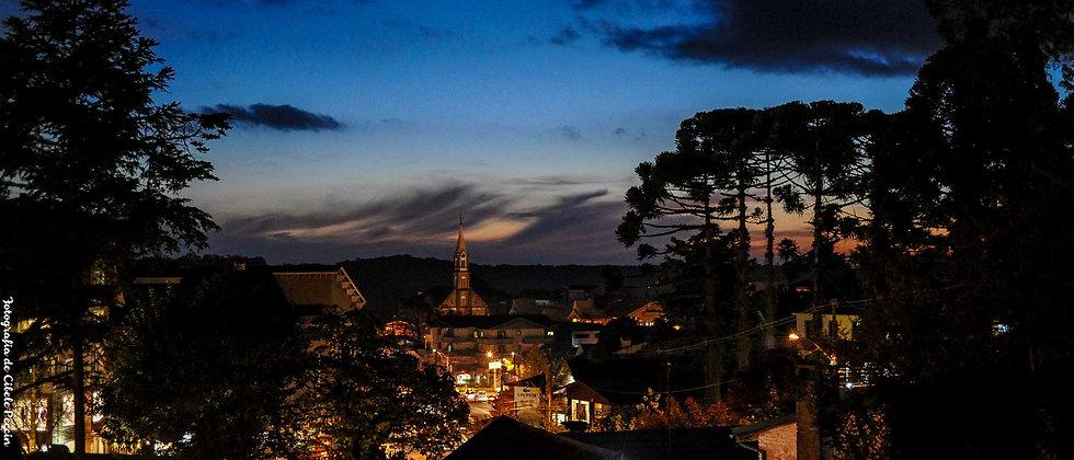 Vista noturna do Centro de Gramado RS - Cibele Selbach