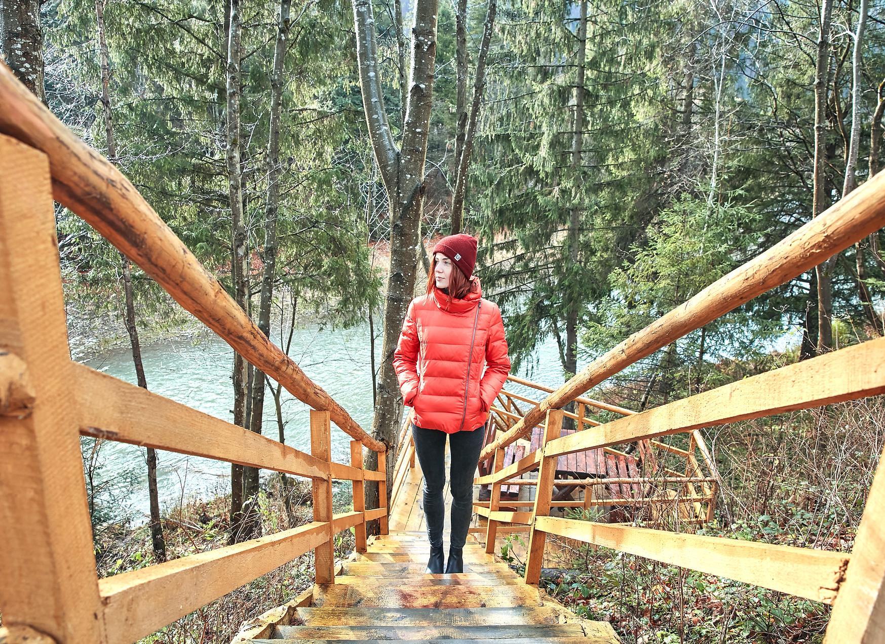 Девушка идет по деревянной лестнице Александра Тур