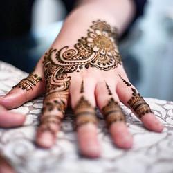 Another shot 📷 _ 🌿 #henna #hennadesigns #hennastrip #hennahands #mehndi #mehndidesigns #bride #eng