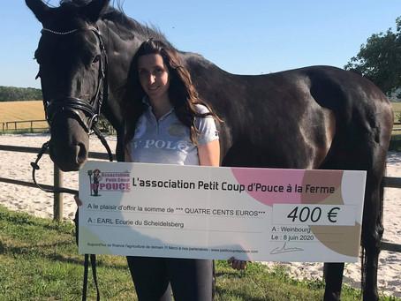 L'écurie thérapeutique de Cécile reçoit un chèque de l'association Petit Coup d'Pouce à la Ferme