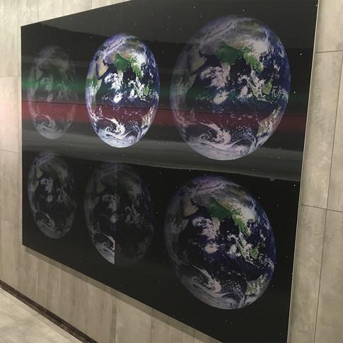 Ett lentikulärt tryck där som skapar en 3D effekt när man passerar affischen.