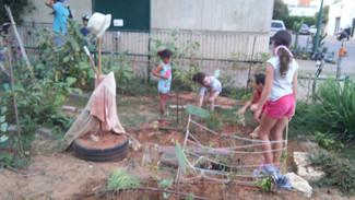 """הגינה הקהילתית של שכונת תשלו""""ז = מפגש חברתי ערכי גם לילדים וגם להורים"""