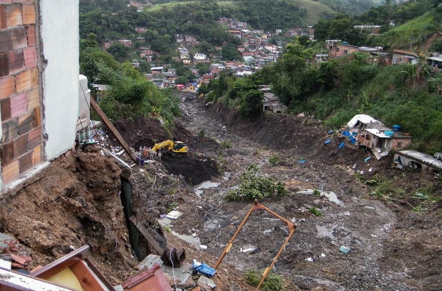 Deslizamento deixa vítimas Morro do Bumba em abril de 2010 | Foto de Vladimir Platonow pela EBC