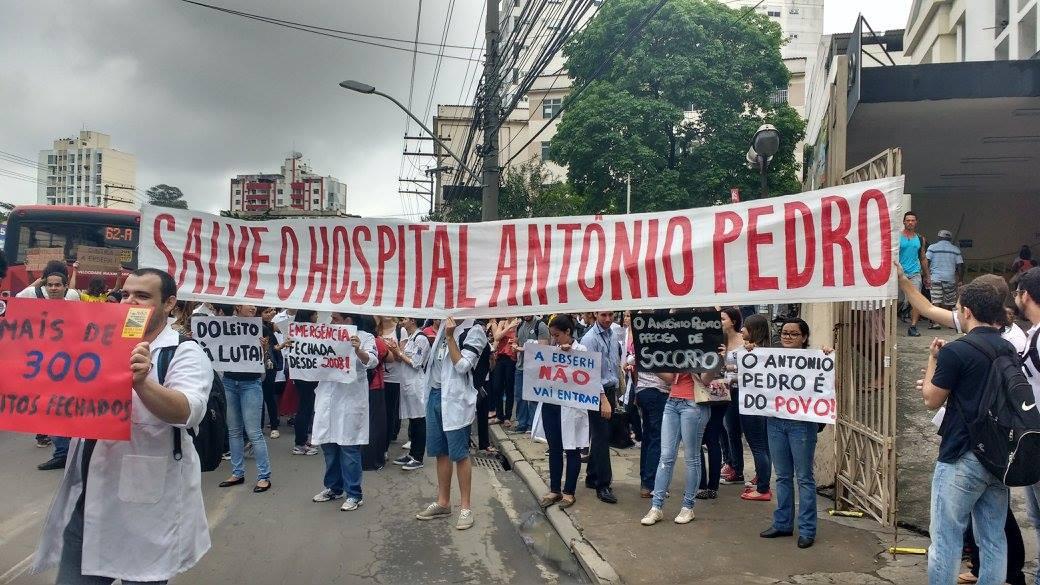 Trabalhadores carregam faixa em defesa do HUAP