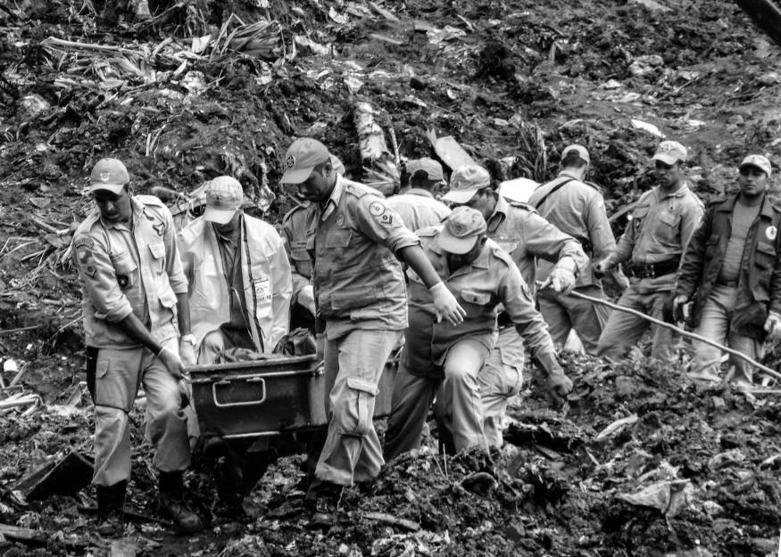 Bombeiros em resgate no Morro do Bumba em abril de 2010 | Foto de Vladimir Platonow pela EBC