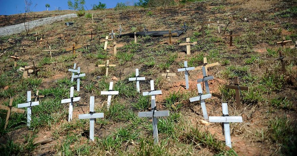 Cruzes lembram os mortos na tragédia do Morro do Bumba. | Foto: EBC
