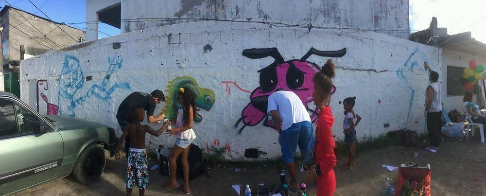 Crianças participam da oficina de grafiti