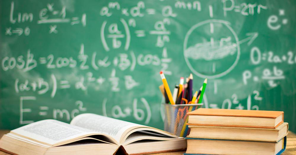 Imagem de quadro negro com livros e porta lápis à frente | Reprodução da internet