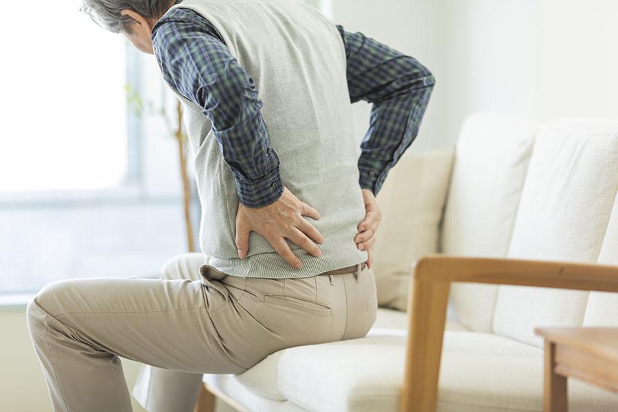 脊柱管狭窄症に悩む男性