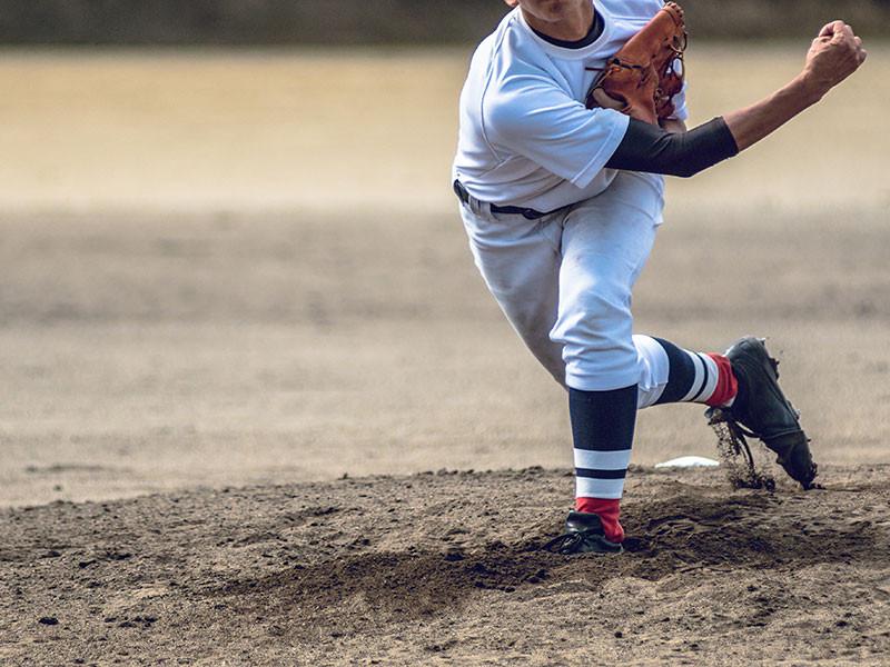 ボールを投げる野球選手