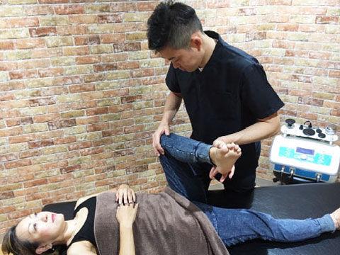 伊丹院長による筋骨格整体の施術