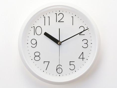 Evelin, Rosa y Pedro quieren aprender a decir la hora en el reloj