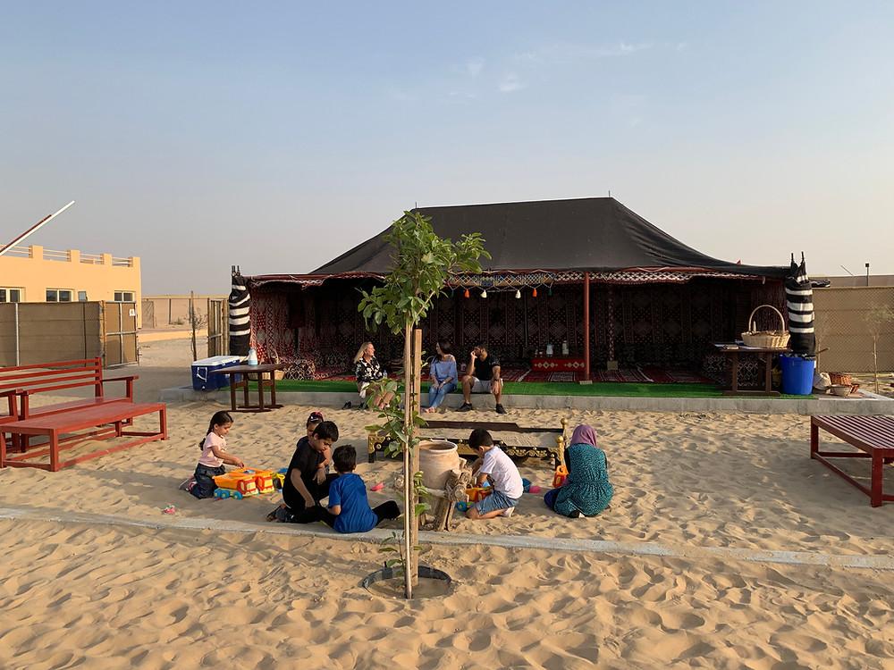 Découvrir  un acceuil traditionnel bedouin à la Camel Farm de Viviane Paturel aux EAU