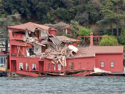 Incident Video: Bulk Carrier Crashes Into Historic Mansion in Bosphorus Strait