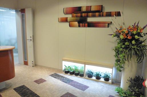 お世話になっている企業様のオフィスエントランスにクリスタルファームを設置しました。