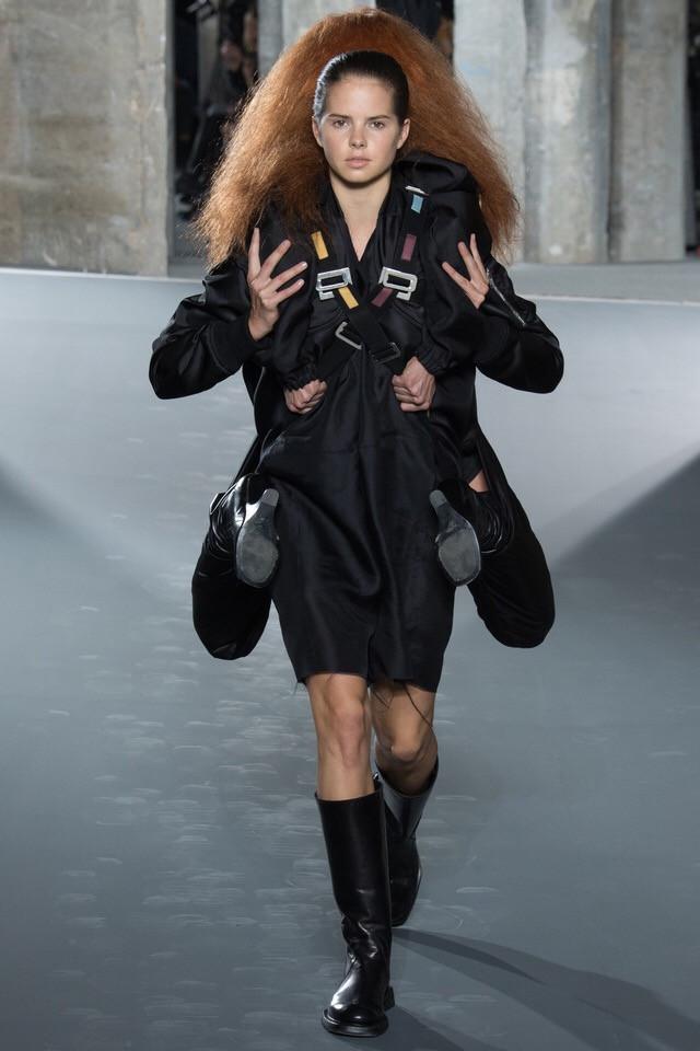 Сумасшествие на подиумах во время Paris Fashion Week.