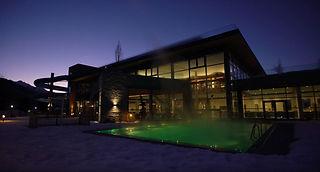 Eine Nachtansicht einer der luxuriösen Wohlfühlanlagen von Leading Campings.