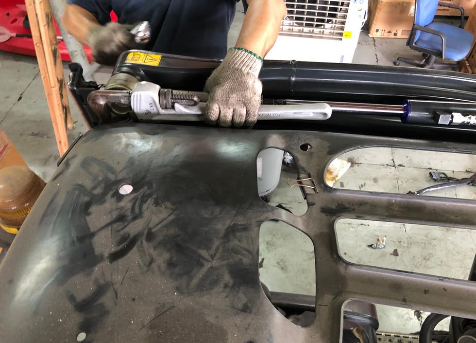 Repair tilting cylinder of mast