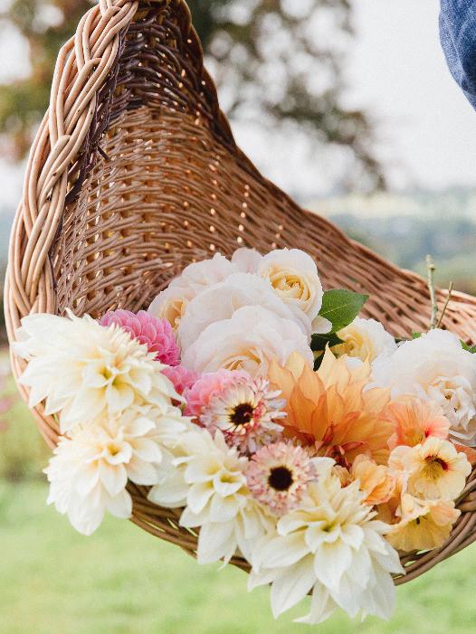 Blumenkorb von Emily mit Dahlien und Rosen