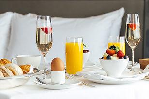 breakfast-room-service-hotel-okura-amste