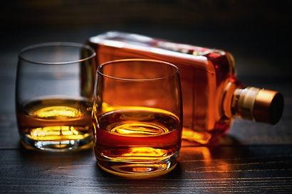 mesa-madera-dos-tragos-whisky-botella-ll