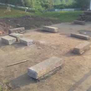 薪棚づくり① 基礎石据え