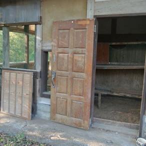 ニワトリ小屋の掃除
