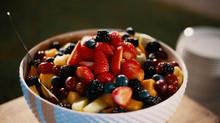 Receita refrescante: salada de frutas com mel e limão