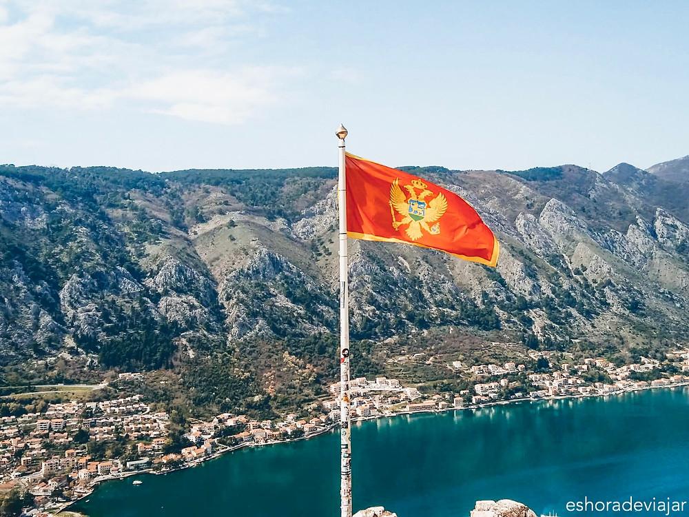 Bandera de Montenegro en la Fortaleza de San Juan