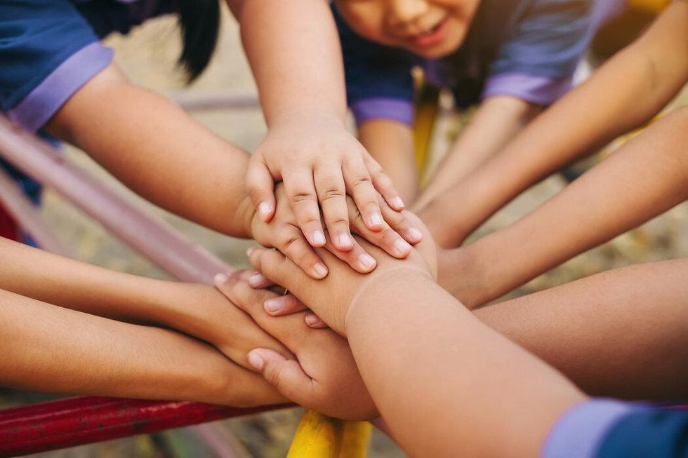 hands-togetherness-of-kids_t20_AVpev1.jp