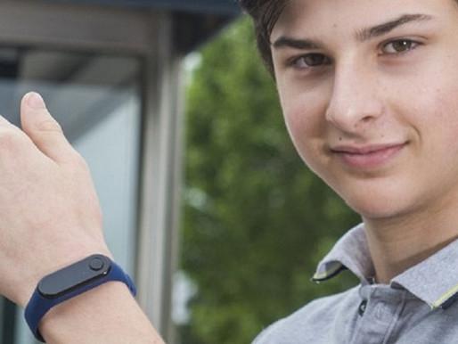 Adolescente cria pulseira para impedir alastramento da Covid-19