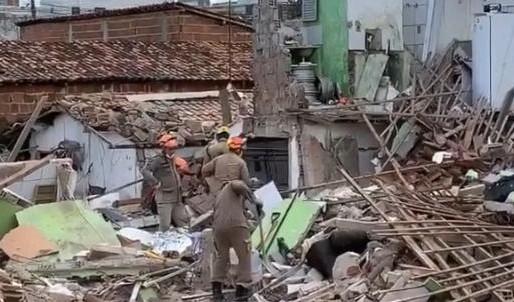 TRAGÉDIA: Explosão de botijão de gás destrói casa e mata mãe e filho em Mangabeira