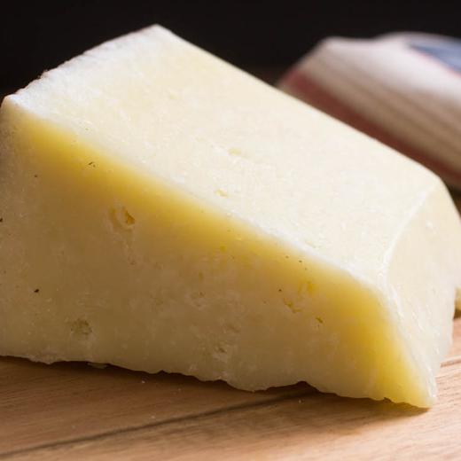 tvrdy zrejuci kozi syr